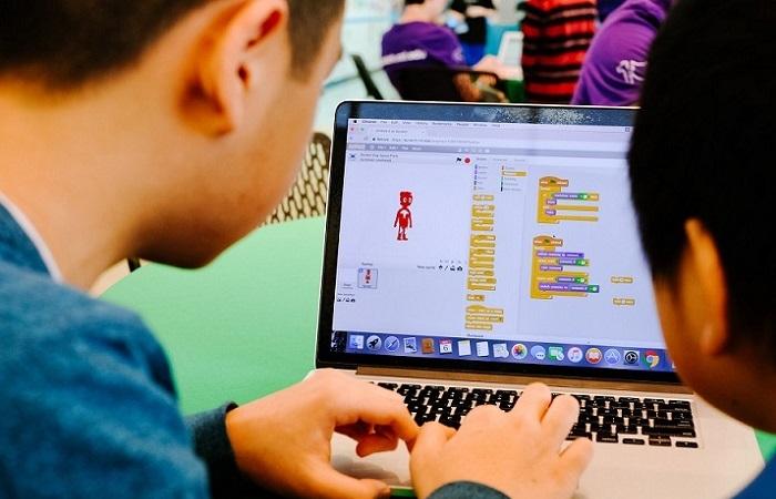 programmirovanie dlya detej s chego nachat scratch in - Програмування для дітей: з чого почати і які є способи навчання? фото